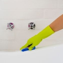 how to clean bathtub with bleach